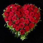 Neuer Ostfriedhof Augsburg Trauerherz mit roten Rosen